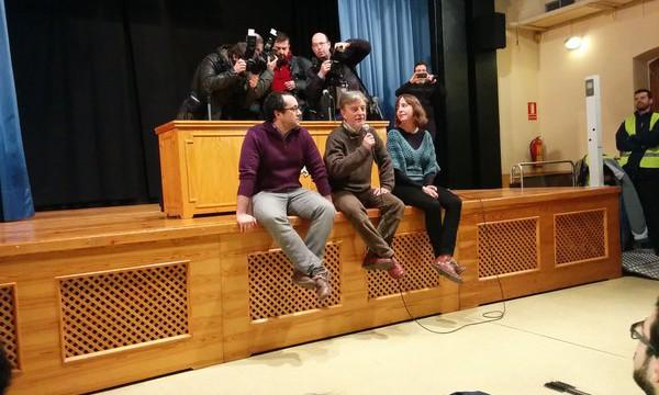 El alcalde, flanqueado por Cubero y Artigas, habla durante la asamblea.