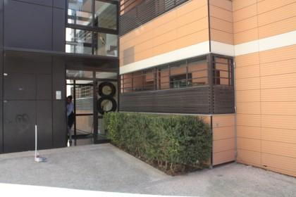 entrada del bloque rehabilitado en Andrea Casamayor