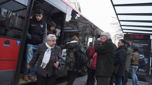 Una parada de bus, llena durante el horario de los paros.