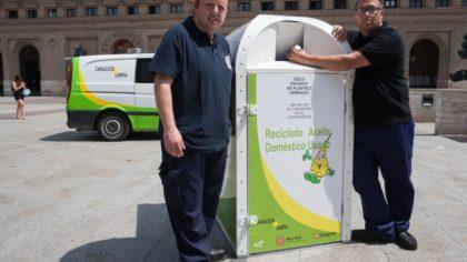 Dos operarios de Recikla muestran uno de los nuevos contenedores. Foto: zaragoza.es