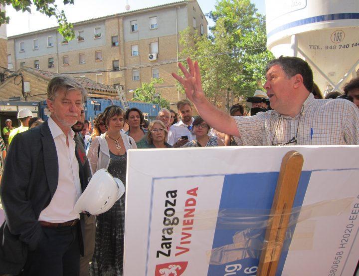 El alcalde, durante su visita este jueves a los edificios rehabilitados en Las Fuentes