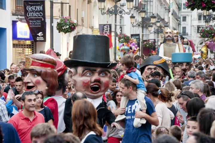 La comparsa de Gigantes y Cabezudos, en el centro de Zaragoza