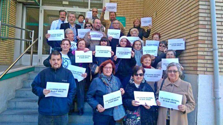 """Representantes vecinales portaron carteles con el lema: """"La lucha vecinal sí sirve""""."""