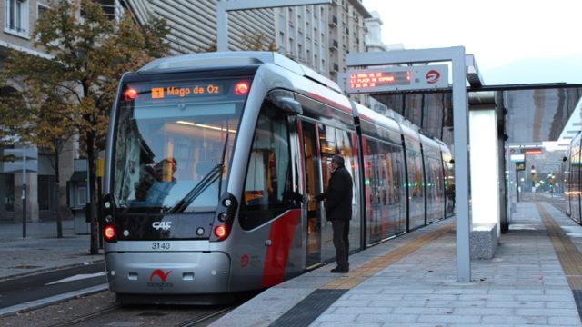 La línea 1 del tranvía, a su paso por la plaza de España